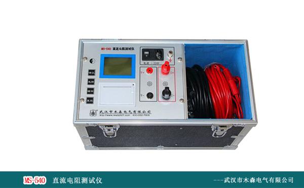 MS-300 大地网接地电阻测试仪产品用途 MS-300大地网接地电阻测试仪适用于35kV及以下等级变电站测试各类接地装置、接地网的工频接地阻抗、等工频特性参数以及土壤电阻率。 用于变电站地网、水火电厂、微波站、避雷针(150Ω)等各种环境。 大地网接地电阻测试仪采用异频抗干扰技术,能在强干扰环境下准确测得工频50Hz下的数据。输出电压高大400V,具备极大的负荷能力,测试电流最大5A,不会引起测试时接地装置的电位过高,同时它还具有极强的抗干扰能力,故可以在不停电的情况下进行测量。 目前在电力