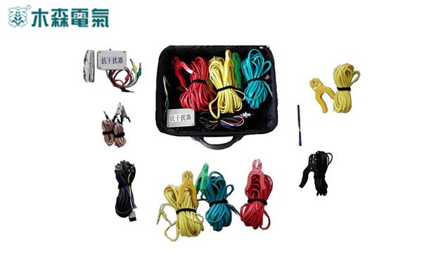 MS-110B 线路参数测试仪的产品用途 MS-110B 线路参数测试仪,可以单机输出三相异频抗干扰测试信号,测量35~500 kV高压输电线线路(架空、电缆、架空电缆混合、同杆多回架设)的工频参数。 1、可以测量35~500 kV高压输电线线路的正序电容、零序电容; 2、可以测量35~500 kV高压输电线线路的正序阻抗、零序阻抗; 3、可以测量35~500 kV高压输电线线路的耦合电容、互感电抗; 4、可以测量35~500 kV高压输电线线路的对地感应电压。 MS-110B 异频线路参数测试仪,可以单